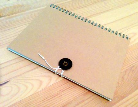 シンプルなノートが紐綴じで綴じられるように! バインダー代わりにもなります