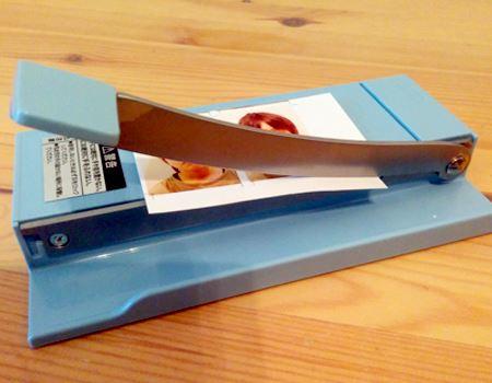 カットしたい紙をガイドに合わせて、ステンレス刃を垂直に下ろし、ザクっと一発で切れるのは快感です