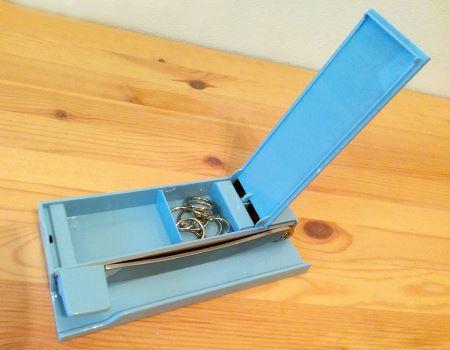 台座の下は小物ケースになっています。小さな文房具やクリップを収納しておくのに便利