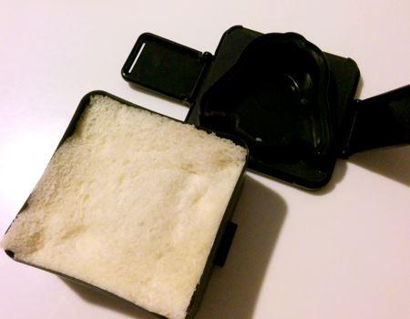 上からもう1枚食パンを載せて、上用アタッチメントをはめ込みます