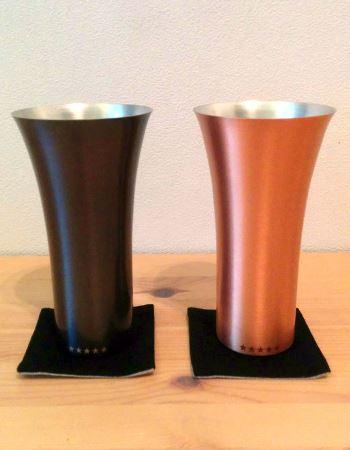 """純銅製のタンブラー。右がそのままの銅色の""""マット""""、左がシックな""""ブラウン""""。ほかに鏡面仕上げの""""ミラー""""もあります"""