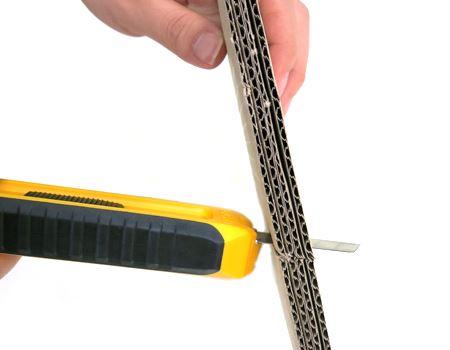 カッター使用。厚めの段ボールでもスパッと切れます