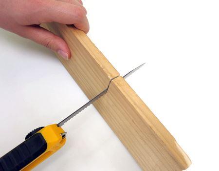 のこぎり使用。のこぎりをまともに使ったことのない筆者でも上手に(?)木板をカット