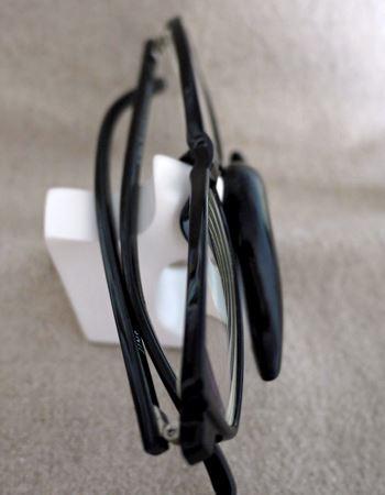 ヒゲの上にメガネのパット(鼻あて)部分をのっけて、奥のくぼみにテンプル(つる)を乗せます。安定感があって、サッと置けてサッと取れるのもいいですね