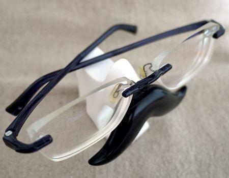 またメガネのテンプル(つる)をしっかりたたまずに、乱雑においても奥行きがあるので落ちることはありませんでした