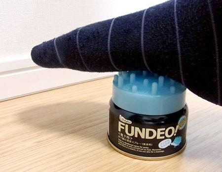 足をのせて押すだけでOK。ひんやりスプレーが蒸れた足裏をさわやかにするだけでなく、消臭や除菌にも効果的!