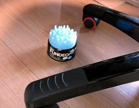 机の下に置けば気になった時にいつでもスプレーとマッサージができます