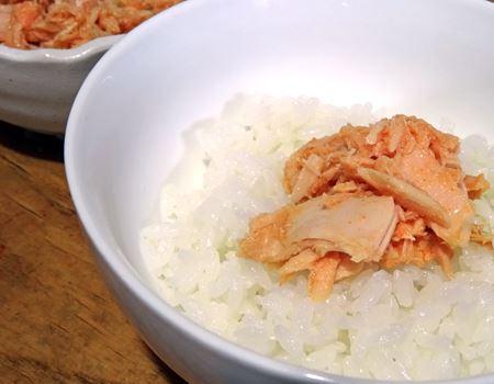 ご飯にON! 明太子味のツナがこんなにうまいなんて! これ、マヨネーズをプラスしても絶対おいしいヤツです