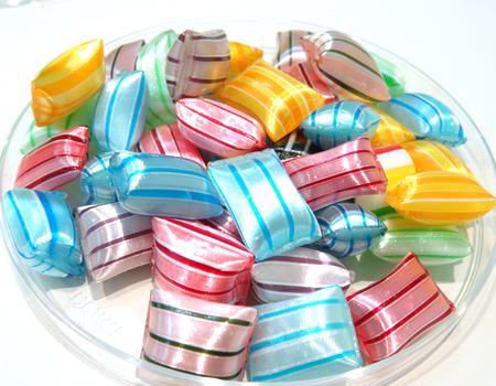 パールのような美しい艶のピロー型キャンディ。色によって味が違います