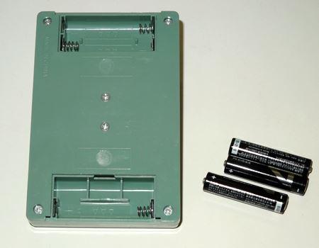単4の電池を3本使用します。電池ケースは2か所にあるので要注意!