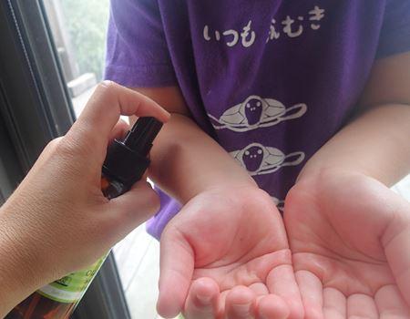 顔につけたい場合は直接スプレーせず、手のひらにシュッとしてから、それを顔につけるといいですよ