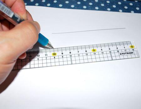 ああ…! 目盛りが右から始まってると、ぴったり10cmの線が引きやすい! と初めて気が付きました。左利きでは、右から左へ腕を動かすのですこぶる使いやすいのです