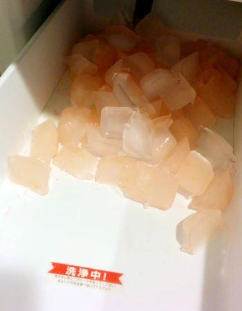 オレンジ色の氷が続々! 出てくる氷が透明になってきたら洗浄終了です