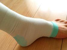 基本は通気性のいいメッシュ素材で、足首、ふくらはぎ、ひざ上に段階的に圧力をかけることで、血流を促すほか、ひざ裏と足首部分には接触性冷感素材が使用されており、冷感効果があります