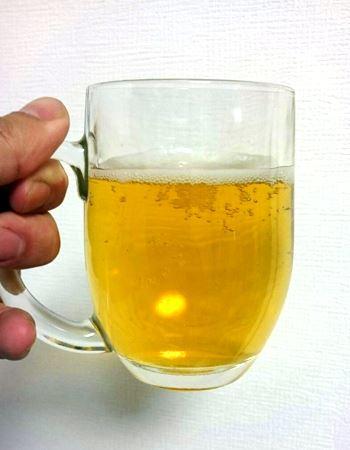 まずはグラスに泡が立たないようにビールを注いでみる…
