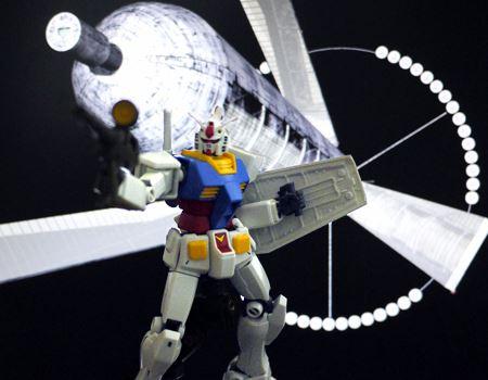 最後はスペースコロニーをバックに射撃ポーズ!