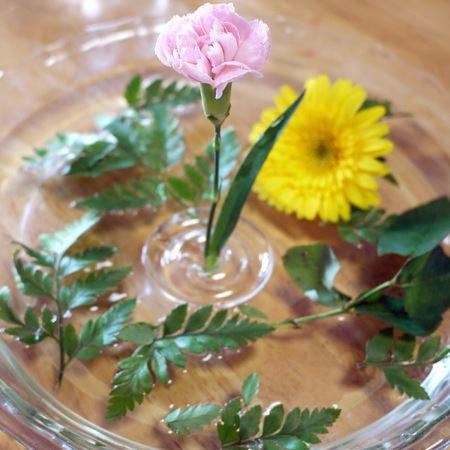 ほかの花も浮かべれば華やかになり、また変わった印象になります
