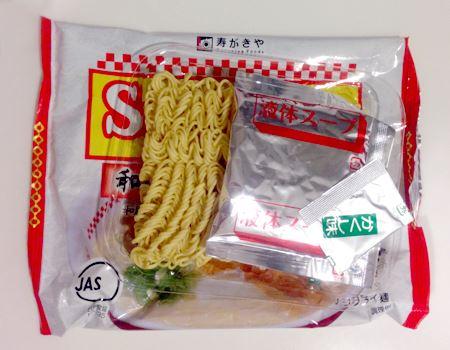 袋の中身はノンフライ麺と液体スープ、隠し味の調味料