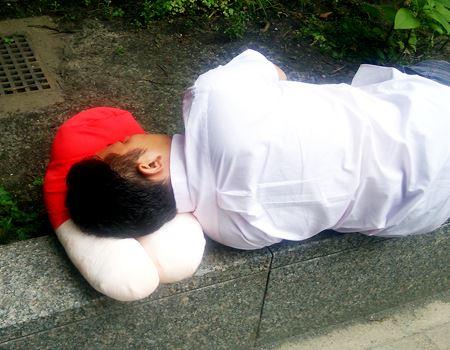 膝枕発見! 容疑者は会社の同僚でした! 汚れるから公園で寝ないでよ〜