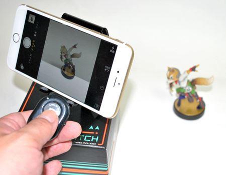 小さなフィギュアの撮影とかに重宝しそう。これは撮影用にiPhoneとシャッターリモコンを近づけてますが、実際はもっと離れていても反応してくれます