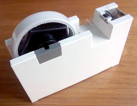 本体カラーは白のみで、重量は1.2kgと安定感もバッチリ。なお、テープは別売です