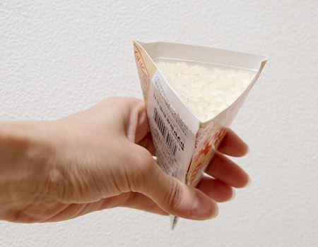 まずは、ボール紙の説明書を組み立てて計量カップにして、お米を量ります