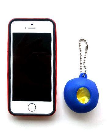 筆者のiPhone 5sと比較してみてもこんなにコンパクト!(幅43 mm × 奥行き27 mm × 高さ50mm)