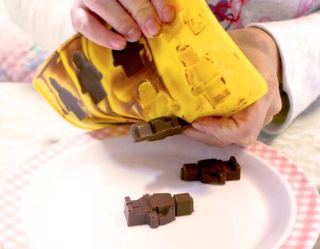 型に流し込んで冷やしたチョコを取り出しているところ