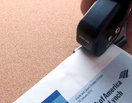クリップで綴じたい位置まで書類を差し込み、ハンドルを握って穴を開けます