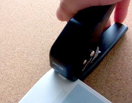 仮止めしたクリップを、本体先端にあるクリップ装着部にセットしハンドルを握れば終了