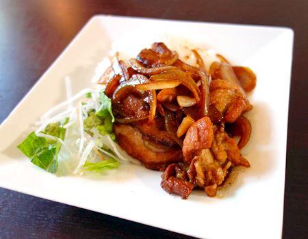 今度はタマネギと豚肉で炒めたものをご飯にトッピング