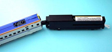 本体車両にもそれぞれ単4形電池を1本ずつ入れていきます