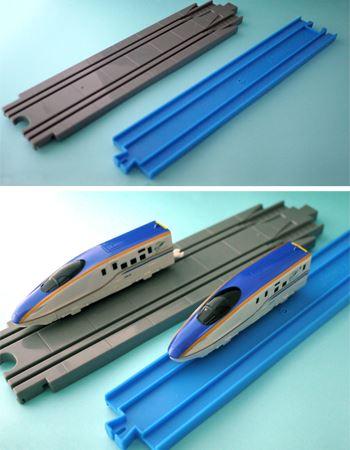 奥のグレーのレールの細い溝に車両をあわせます。車両を載せるとこんな感じに。青いレール1本で複線レールとして使用できます
