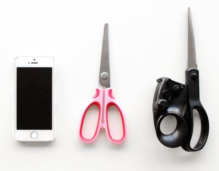 大きさはこんな感じ。iPhone5s、普通のはさみと比較してみました