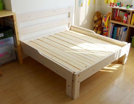 組み立てが完成したベッド。カラーは白木に薄く白でペイントされた「ホワイト」をチョイス。ほかにもカントリー調のダークな木目の「ブラウン」もあります