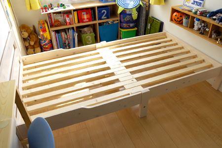 部屋の幅いっぱいに伸ばした状態。ベッドの高さは少々低めで、ベッド下収納は実寸で16cmぐらいの高さなら入ります