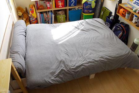 ベッドの上にふとんを。長さがあまる部分は、内側に折り曲げれば問題なし