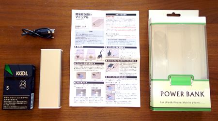 シンプルなパッケージに本体と説明書、microUSBケーブルがイン。大きさ比較用のタバコとパシャリ