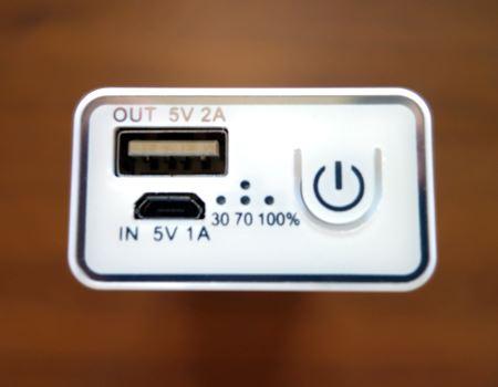 側面には電源ランプと各種接続部