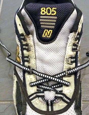 まずは、上から3つまでの穴の靴ひもをほどきます