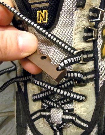 クツピタには下から上へ、穴には上から下へ靴ひもを通します