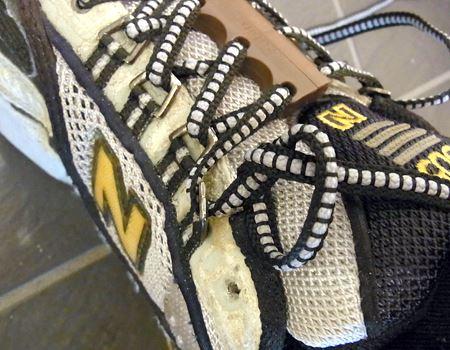 靴ひもが抜けないように結び目を作れば完成。付属のアンカーを使う方法もありますが、筆者は結び目でやってます。余った靴ひもは切ってもかまいません