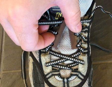 靴を履く時は「クツピタ」同士を近づけるだけ。磁力で自然にくっつきます
