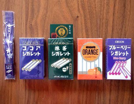 シガレットシリーズでは「ココアシガレット」、「抹茶シガレット」、「オレンジシガレット」、「ブルーベリーシガレット」の4種類に、特製キーホルダーもセットになっています