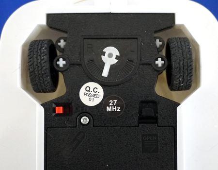 前輪の間にある白いスライダーを調整可能。右側にスライドすると最初から前輪が曲がる状態になり、左向きに走るようになります