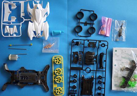 中身はプラモデルのキットと付属のモーター、ギアなど。今回は改造パーツも同時購入しました(写真右下)