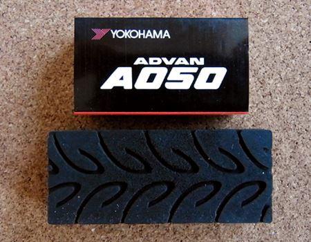 裏側はモータースポーツ競技用タイヤの「ADVAN A050」のタイヤパターン