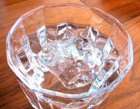水に入れると、本物の氷のようにちょこっとだけ水面に顔を出します