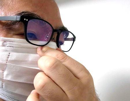 マスクを着用し、顔とマスクのすきまがなくなるように形を整えればOK