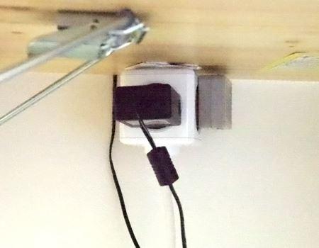 マウントをデスクの下に取り付ければ、逆さ吊りの状態でも利用でき、デッドスペースを有効に使えます